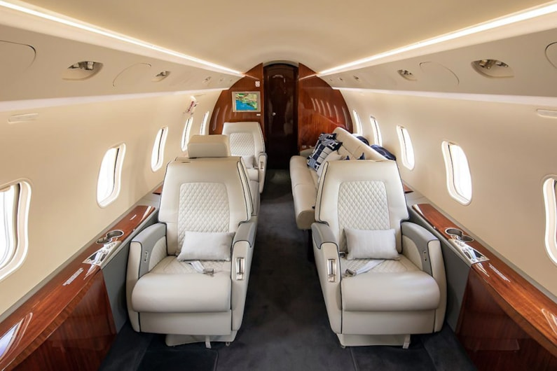Private jets for sale charter: 2005 Bombardier Challenger 300 super-midsize jet