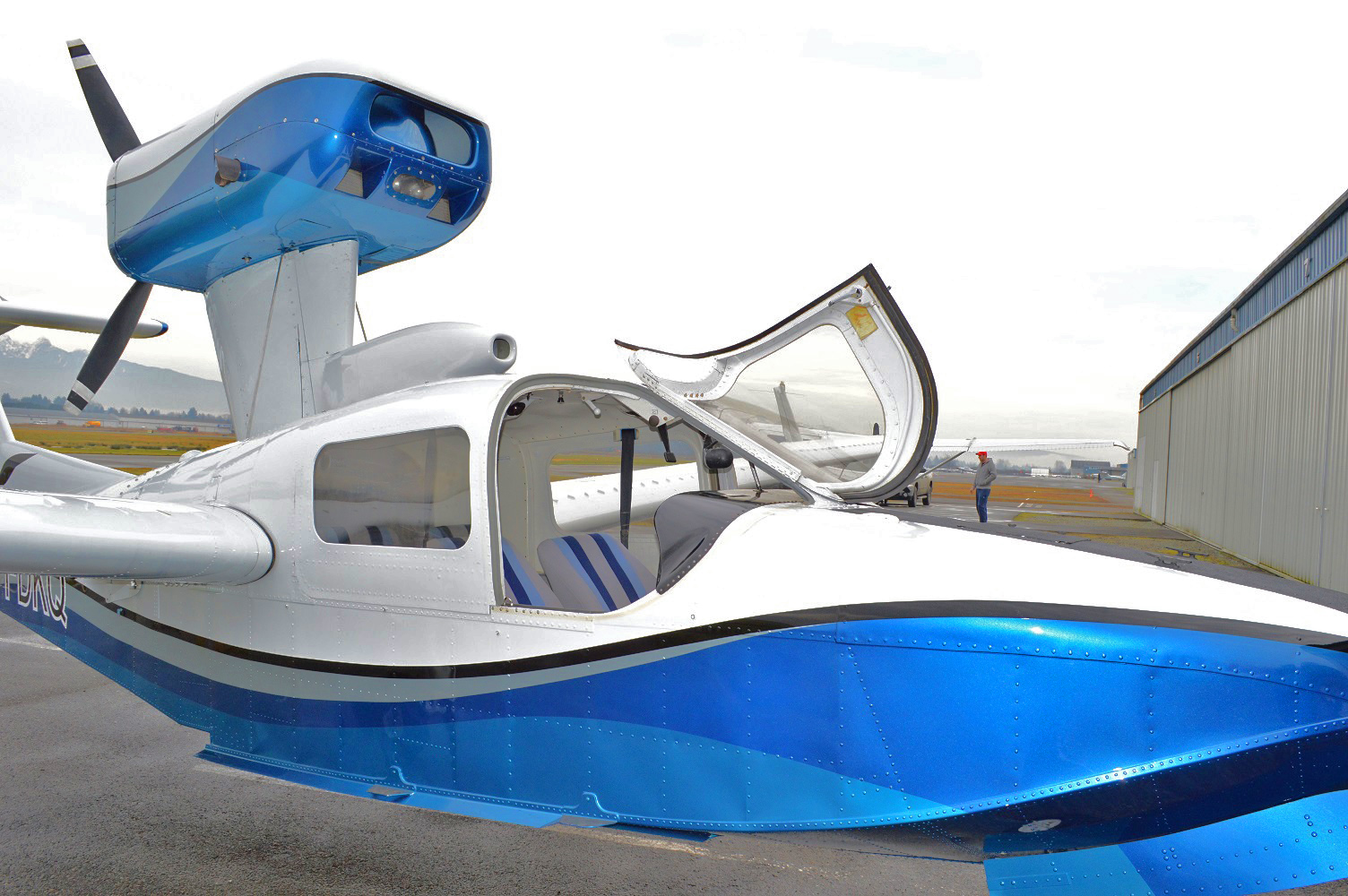 Lake LA-4-250 exterior