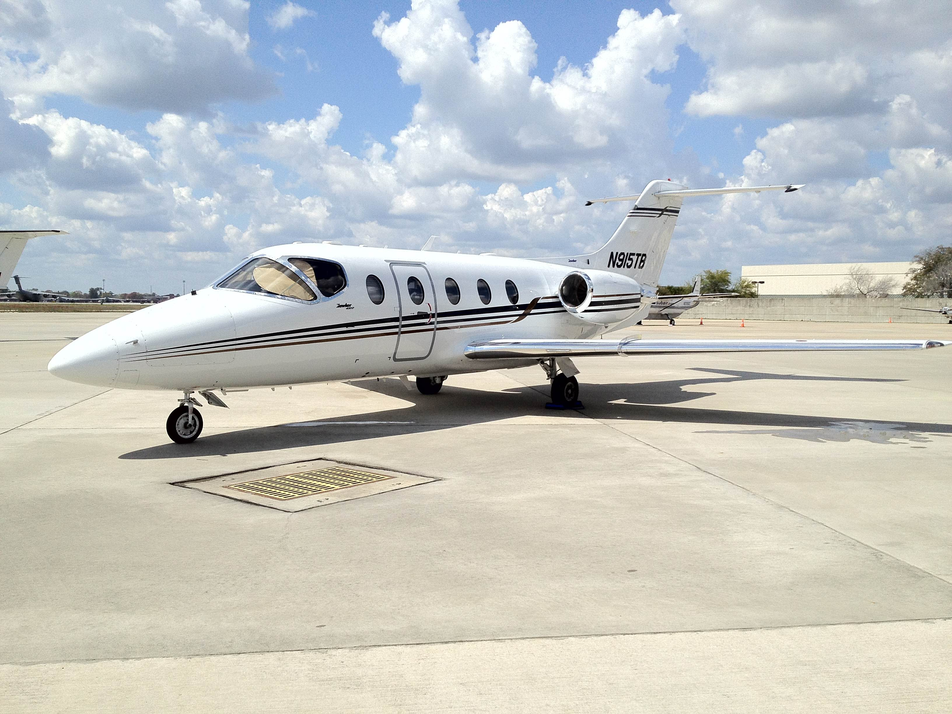https://resources.globalair.com/aircraftforsale/images/ads/original/06_hawker400xp_e2.jpg